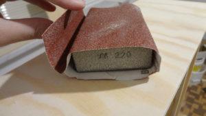 Brusný papír namotaný na brusné houbě